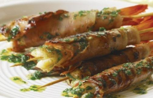 brochettes de Crevettes à l'ail grillé au prosciutto